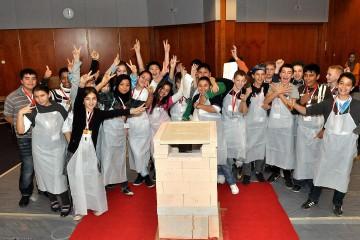 """Kachelofen - Brennraum """"UmweltPlus"""" von einer Schulklasse zusammengebaut"""