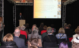 Bestens besucht zeigte sich die Bühne des Kachelofendorfs bereits kurz nach Messeeröffnung beim Vortrag von Dr. Schiffert.