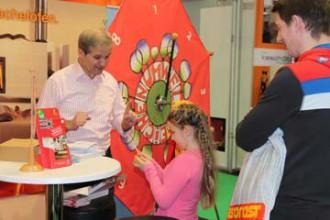 Ernst Leitner vom Umweltzeichenteam des Lebensministeriums animierte hunderte Besucher, das Glücksrad zu drehen. Vor allem die Kinder freuten sich über die kleinen Gewinne.