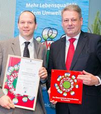 Bundesumweltminister Andrä Rupprechter überreichte Manfred Tauchner von der Firma Rath die Urkunde und das UZ-Schild.